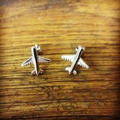Poďme spolu lietať...... Náušnice lietadielka✈️✈️ Vyrobené na želanie zákazníčky z bieleho zlata. #gold #earrings #plane #zlato #nausnice #lietadlo #prenu #letuska #vysperkujtesa #vyrobeneslaskou #slovakwoman Cufflinks, Earrings, Accessories, Ear Rings, Stud Earrings, Ear Piercings, Ear Jewelry, Wedding Cufflinks, Beaded Earrings Native