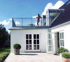 Denne løsning med terrasse ovenpå tilbygningen i stedet for op i kip Kitchen Orangery, Hot Tub Room, Rooftop Design, Grades, House Extensions, Facade Design, Classic House, Modern House Design, Custom Homes