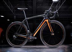 La Specialized McLaren S-Works Tarmac es fruto de la colaboración entre ambas marcas, que ha dado como resultado una ligerísima y exclusiva bicicleta.