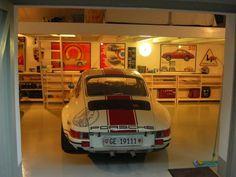 Garajes. En algunos países con extensa cultura automovilística y motores en general, proyectar y mantener un garage es más que solo acumular herramientas