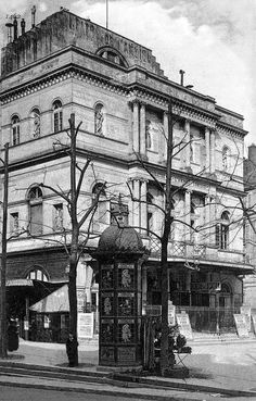 Le théâtre de l'Ambigu-Comique est une ancienne salle de spectacle parisienne, fondée en 1769 sur le boulevard du Temple par Nicolas-Médard Audinot. Paris 75010. Détruit en 1966.