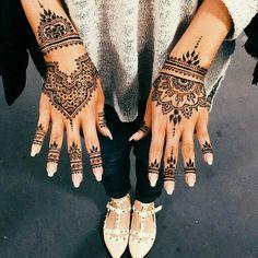 Épinglé par gunni molph sur henna хна, мехенди et узоры хной. Henna Tattoo Designs, Henna Tattoos, Tattoo Platzierung, Henna Tattoo Hand, Paisley Tattoos, Latest Mehndi Designs, Bridal Mehndi Designs, Mehandi Designs, Wedding Henna
