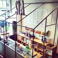 Eindelijk is het zover! Vandaag is de 'SLAbar' van Amsterdam geopend op de Centuurbaan 149. In deze bar kun je overheerlijke salades eten maar ook meenemen voor thuis. SLA laat je zien dat er een hoop guilty pleasures bestaan, die geen kortstondige suikerpiek, maar juist lange powerpieken opleveren, POWERRRFOOD it is! Kies... Read More