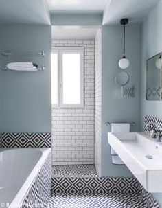 black and white apartment decoration: a flat black and white - Elle Decoration - Bathroom 02 Bathroom Renos, White Bathroom, Bathroom Interior, Modern Bathroom, Small Bathroom, Bathroom Ideas, Bathroom Basin, Master Bathroom, Bathroom Layout