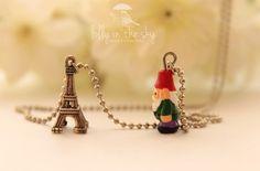Colar Gnomo Viajante em Paris