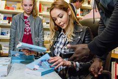 Nabilla Benattia dédicace son livre Trop Vite à Paris - Célébrités - via Citizenside France. Copyright : Christophe BONNET - Agence73Bis