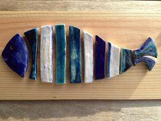 poisson céramique sur planche de bois tons bleus : Art céramique par porcelanne