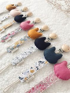 Attache tétine petit chat – Douceur d'Avril Baby Presents, Baby Cards, Kids And Parenting, Baby Toys, New Baby Products, Sewing Projects, Crochet Necklace, Creations, Avril