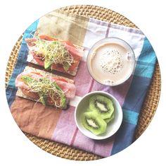 Café con leche de avena, kiwi y pan wasa con Philadelphia light, tomate, aguacate, brotes de alfalfa y pavo... Empezando bien el lunes  #losdesayunosdeaurora