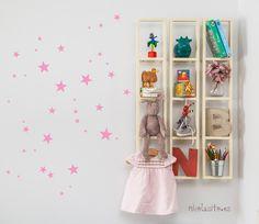 Vinilos de pequeñas estrellitas rosas ideales para decoración de bebés y niñas. Decoran de una manera especial, puedes pegarlas en muebles, paredes…etc. COLOR Rosa o Fucsia Puedes ver más colores en la tienda en estos artículos. https://www.etsy.com/es/shop/NicolasitoEs?ref=hdr_shop_menu§ion_id=18415393 INCLUYE: 43 estrellas de 1 sólo color (Fucsia o rosa) en diferentes tamaños. La estrella más grande mide 3,54``(9cm) y la más pequeña 1,18&#x60...