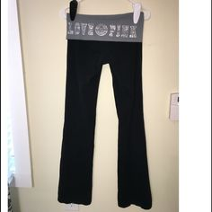 PINK FOLD-OVER YOGA PANTS Victoria Secret Yoga pants boot cut. Black with gray Fold over legging. GREAT CONDITION- no stains, holes, still tight. Make me an offer! Cheaper on Ⓜ️! Victoria's Secret Pants Leggings