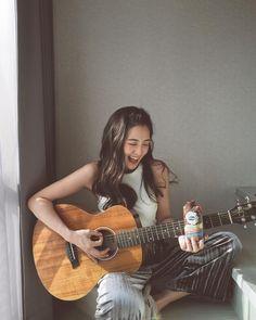 Guitar Photography, Girl Photography, Girl Photo Poses, Girl Poses, Guitar Girl, Music Aesthetic, Foto Pose, Girl Inspiration, Ulzzang Girl