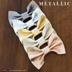 I think these metallic leather bows will always be my favorite. Since I introduced them, already a couple of years ago, they are the go-to, match-everything, classic bow. When in doubt, add one of our metallic leather bows. Available in this basic bow or our two sizes of the knot bow. On no slip clips, ponies, or skinny elastic bands.