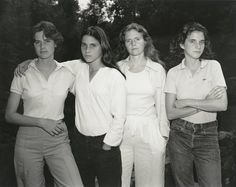 Photographer Nicholas Nixon had these four sisters take a picture every year between 1975 and In each photo, the Brown Sisters pose in the same order Four Sisters, Weird Sisters, Sisters Art, Family Photos, Family Portraits, Time Lapse Photo, Sister Poses, Photo Souvenir, Edward Weston