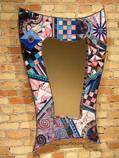 el espejo: El espejo está en la pared.