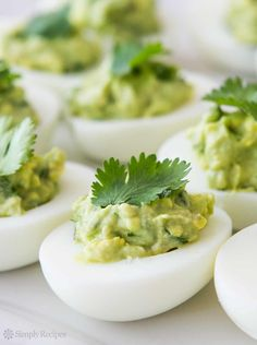 Hard boiled egg halves, stuffed with avocado guacamole High Protein Snacks, High Protein Recipes, Healthy Snacks, Healthy Recipes, Yummy Recipes, Healthy Eating, Guacamole Deviled Eggs, Deviled Eggs Recipe, Avocado Guacamole