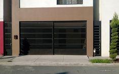 Puerta corrediza de cochera con barras horizontales gruesas y delgadas de estilo contemporáneo