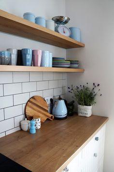 biała kuchnia, otwarte półki, drewniane półki kuchnia, waga kuchenna retro…