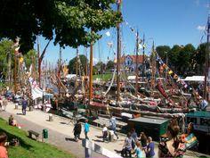 Auf der Wattensail in Carolinensiel ist jedes Jahr eine Menge los: Bunt geschmückte Schiffe und viele Leckereien locken jedes Jahr zahlreiche Gäste an den Küstenort in Ostfriesland.