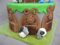 Hallo ihr Lieben, zum 7. Geburtstag feiert mein Sohn eine Dragons-Party. Passend zum Thema gibt es eine Torte der Insel Berg mit einigen seiner Bewohnern. Ohnezahn und seine Freunde sind damit beschäftigt die Schafe und auch die Dorfbewohner vor dem gefährlichen Eisdrachen zu beschützen. :) Die Schafe sind aus Raffaelo und Fondant. Es hat wahnsinnig Spaß gemacht diese kleinen Geschöpfe zu modellieren.