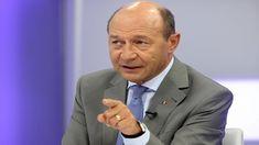 """Traian Basescu a declarat, într-o intervenție pentru B1 TV, că nu a văzut în politica românească """"prostălăi"""" mai mari decât cei de la Guvernare, care s-au dovedit a fi capabili să creeze o criză, dar nu și să o gestioneze. Traian Basescu a mai susținut că politicienii PSD și ALDE sunt extrem de slabi și că Iohannis a reușit să-i umilească. """"E o porcărie (modul în care Guvernul Grindeanu a prezentat OUG privind grațierea – n.r), pentru că a trezit suspiciuni că e dată în interesul unor…"""