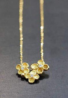 Collier Jardin mystérieux, or jaune 18k et diamants par Anaïs Rheiner, exclusivement chez l'Atelier des Bijoux Créateurs.