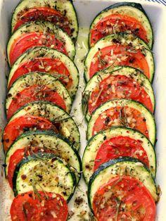 Abobrinha com tomate, ervas e azeite