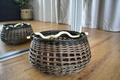 Плетение из газет Storage Baskets, Laundry Basket, Wicker Baskets, Weaving, Home Decor, Decoration Home, Room Decor, Loom Weaving, Crocheting