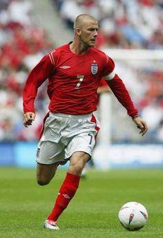 David Robert Joseph Beckham, hizo su debut con la Selección de fútbol de Inglaterra el 1 de septiembre de 1996, a la edad de 21 años. Fue capitán durante seis años y jugó un total de 58 veces. Hizo 115 apariciones en su carrera, apareció en tres de Copa Mundial de la FIFA (1998, 2002 y 2006) y dos del Campeonato de Europa de la UEFA torneos (2000 y 2004).