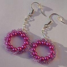 Náušnice - fialové kruhy  Náušnice jsou vyrobeny z kvalitní Jablonecké bižutérie zavěšené na řetízku. Afroháček je zajištěný gumovými zarážkami proti vyvlečení z ucha. http://btlr.me/18y0SQH