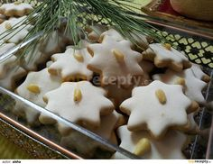 Sypke suroviny presijeme, promichame, pridame zmekly tuk, med a vejce… Christmas Candy, Gingerbread Cookies, Mashed Potatoes, Pudding, Sweets, Ethnic Recipes, Med, Candies, Holiday Cookies