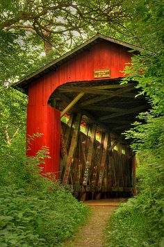 Pont couvert rouge