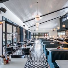 Drivers can stop off for a nights sleep at Mollie's Motel and Diner, a roadside hotel in Oxfordshire, England, designed by Soho House. Diner Restaurant, Restaurant Concept, Restaurant Themes, Modern Restaurant, Soho House Hotel, Cat Ideas, Diner Aesthetic, Diner Decor, Pub Decor