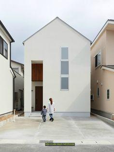 교토의 외곽에 있는 주택가에 최근 지어진 2층, 93.45sqm(약 28평) 규모의 목조주택입니다. 외관은 단순화시킨 깔끔한 박공 형태로 디자인되었고, 수직적으로 확장된 출입구를 통해 답답함을 해소하고 시원스런 느낌이 들도록 하였습니다. 세로로 이은 전면의 창은 프라이버시와 채광을 동시에 충족시키기 위하..