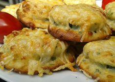 Cuketu nakrájíme na cca 1 cm kolečka. Menší část sýru odeberte na posypání.  Z mléka, vejce a zbylých ingrediencí umícháme hustší těstíčko....