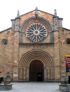 Iglesia de San Pedro. Plaza del Mercado Grande. Avila. Frente a la Puerta del Alcazar se levanta San Pedro.