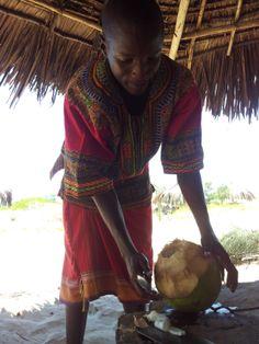 Il nostro ospite prepara il cocco da bere. Questo, all'Isola di Robinson http://www.orizzonteviaggi.blogspot.it/search/label/Kenya