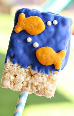 Recipe: Goldfish Cereal Treats - See Vanessa Craft - Celebrate your child's summer birthday party with these festive Rice Krispies Treats® popsicles! Summer Birthday, Mermaid Birthday, Boy Birthday Parties, 2nd Birthday, Birthday Ideas, Birthday Popcorn, Shark Birthday Cakes, Summer Pool Party, Rice Krispies