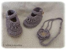 Petits chaussons et bandeau parme pour bébé