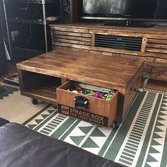 男性で、3LDKのセルフリノベーション/インダストリアル/男前インテリア/マンション/RC大阪支部…などについてのインテリア実例を紹介。「イベント参加です。 以前にも投稿したローテーブルですが、LEGOの収納ボックス付きにしてます。 子供部屋が狭く、リビングが遊び場になるので直ぐに片付けができるようにと思い作りました。(^o^)  中々片付けしてくれないですけど…σ(^_^;)」(この写真は 2017-05-14 10:37:03 に共有されました)
