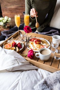 56 Trendy Ideas Breakfast In Bed Colazione A Letto Romantic Breakfast, Breakfast Tray, Best Breakfast, Desayuno Romantico Ideas, Brunch Recipes, Breakfast Recipes, Good Food, Yummy Food, Aesthetic Food