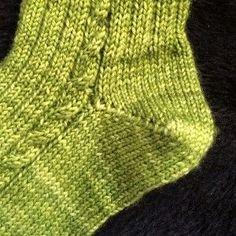 [vidéo] Tricoter un talon de chaussette en rangs raccourcis Knitting Socks, Knitting Stitches, Baby Knitting, Knitting Patterns, Diy Baby Socks, Diy Crafts Knitting, Knitting Videos, Knitting Accessories, Knit Or Crochet
