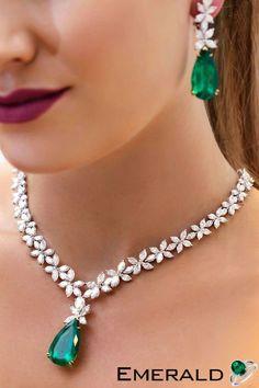 Dare to dazzle with this radiant emerald necklace. Modern Jewelry, Luxury Jewelry, Fine Jewelry, Vintage Jewelry, Unique Jewelry, Emerald Jewelry, Diamond Jewelry, Emerald Necklace, Silver Jewellery