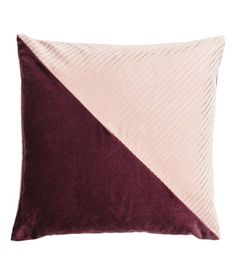 Antique rose/burgundy. Color-block cushion cover in cotton velvet with a shimmery metallic printed design. Concealed zip.