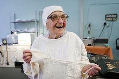 Aos 89 anos esta médica é a cirurgiã mais velha do mundo - Mega Curioso   Alla Illyinichna Levushkina é uma simpática médica que trabalha como cirurgiã em um hospital em Ryazan nas proximidades de Moscou na Rússia. O que a difere dos outros médicos do hospital é basicamente a sua idade: Alla tem quase 90 anos.  Apesar disso essa simpática senhora realiza em média quatro cirurgias por dia e aos 89 anos está há 67 na profissão. Em casa Alla cuida de um sobrinho com deficiência e não deixa…