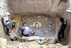 Un team di archeologi guidati dal professor Kutalmış Görkay della Ankara University ha recentemente portato alla luce tre antichi mosaici greci nella città turca di Zeugma, vicino al confine con la Siria. Archaeology.org.