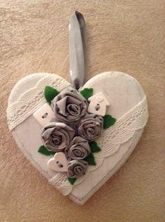 Cuore di legno decorato con rose fatte a mano