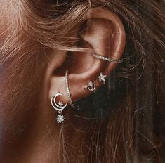 Here are Most Beautiful Ear Piercing Ideas to Copy. Hope you'll like all of these ideas. Please don't hesitate to comment your favourite ideas. Hope you liked these Piercing Ideas provided in this list. Cute Jewelry, Jewelry Accessories, Jewelry Design, Jewelry Shop, Bling Bling, Cute Ear Piercings, Cartilage Piercings, Piercing Cartilage, Multiple Ear Piercings
