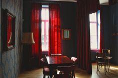 Divadelní místnost je zařízena ve stylu 18. století, aby se dalo naplno vžít do role. #Unifer #office #kancelar