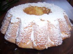 Sandkuchen Zutaten: 500 g Mehl 250 g Butter / Margarine 250 g Zucker 5          Ei(er) 1 Beutel Vanillezucker 1 Flasche Aroma (Vanillearoma) 1 Beutel Backpulver 1 Becher Sahne 1. Eier werden aufgeschalgen. 2. Butter wird gemischt. Salz wird zugegeben. Zucker und Eigelb werden zugegeben. Teig wird gemischt. 3. Weizenmehl und Kartoffelnmehl werden gemischt. 4. Eiweiß wird geschalegen. 5. Teig wird in die Form gegeben. 6. Der Kuchen wird im Backofen bei 160 C ca. eine Stunde gebacken.